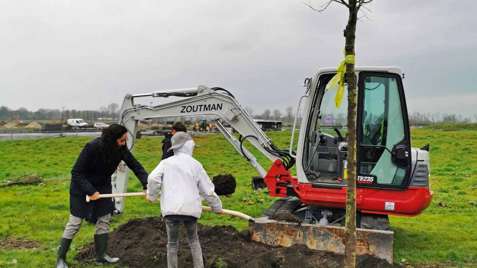 Wethouder Chakor plant eerste boom Park Meerstad