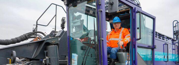 Wethouder Roeland van der Schaaf slaat laatste paal van levensloopbestendige woningen in Groenewei Meerstad